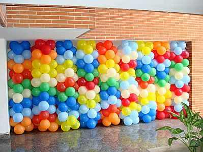 Como decorar una pared con globos exclusivas for Ideas para decorar paredes infantiles