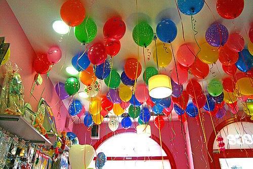 Como hacer decoracion con globos para cumplea os de for Figuras para decorar techos