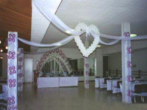 como-adornar-un-salon-para-boda-con-globos-3