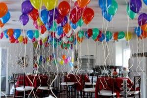 Como hacer arreglos con globos para fiestas
