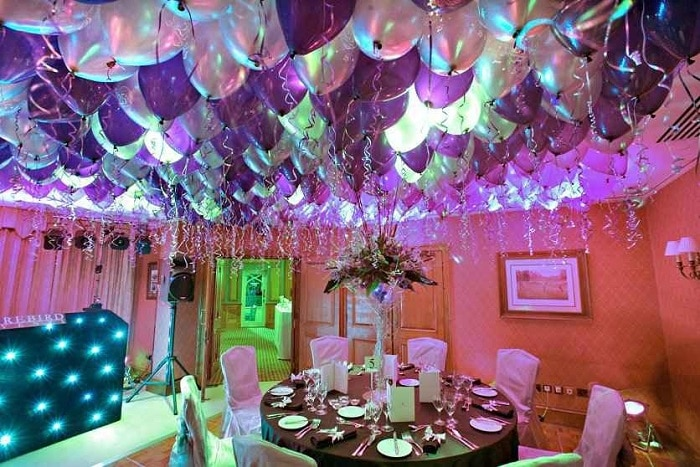 como decorar el techo con globos